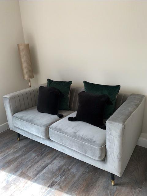 Graues Sofa Slender im Wohnzimmer von Lauren Johnson