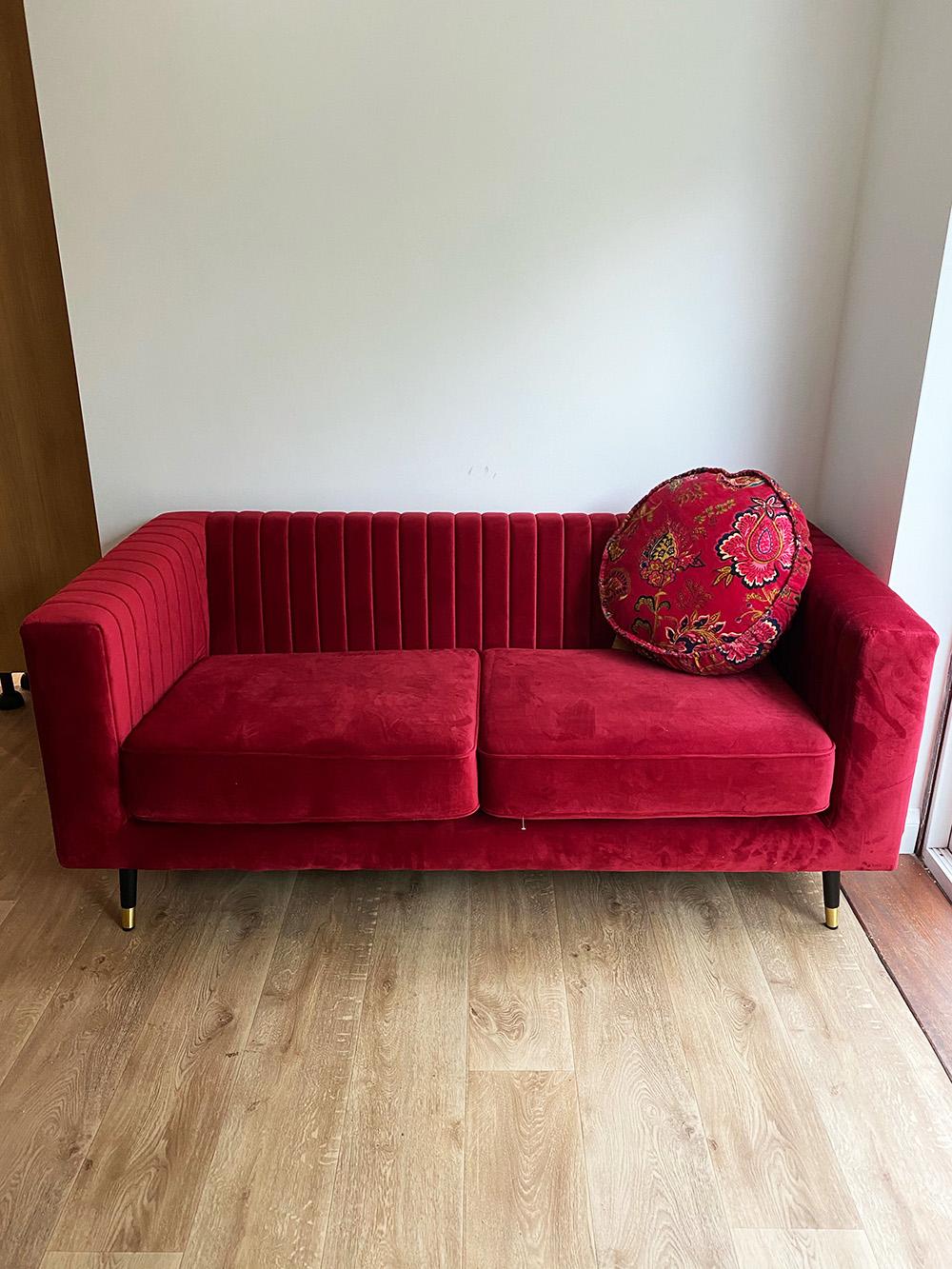 Rotes Sofa Slender in einer gemütlichen Wohnung