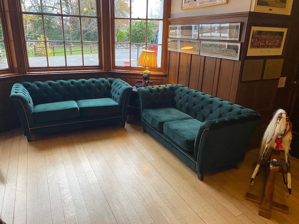 Dunkelgrüne gepolsterte Sofas Karin