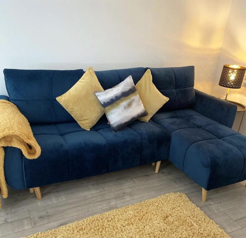 Marineblaues Globe-Sofa und Slender-Sessel von @theellesmerehome