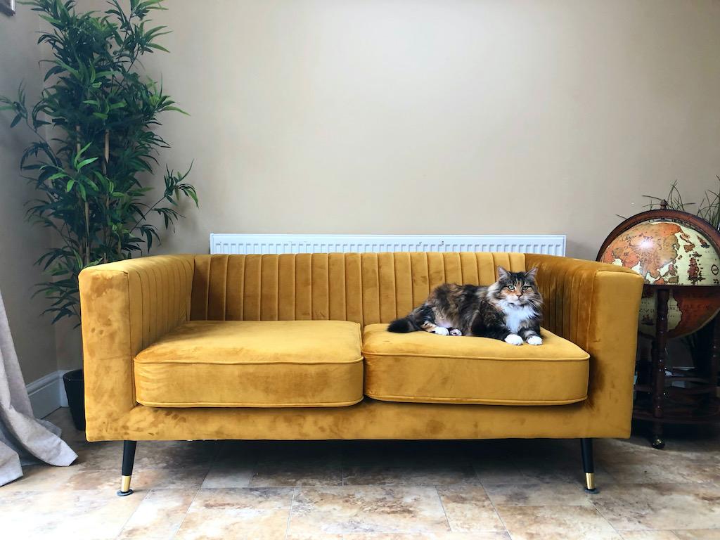 Senffarbenes Slender-Sofa in beigeem Interieur
