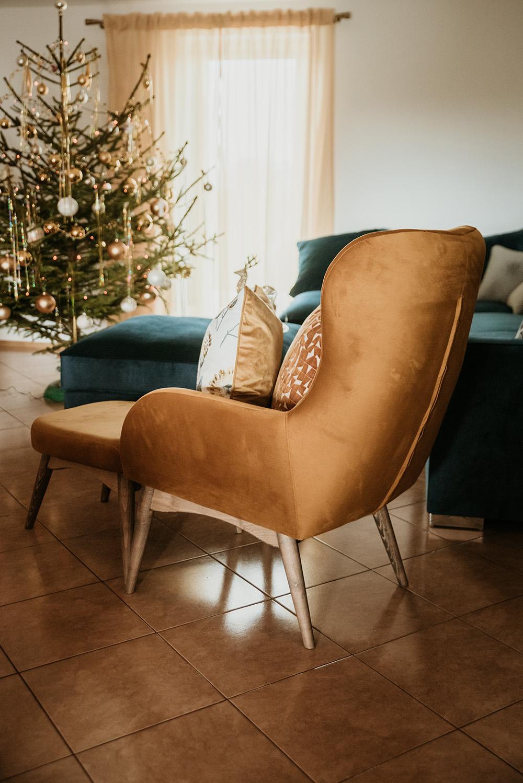 Gelber Sessel mit Polsterhocker Hollis