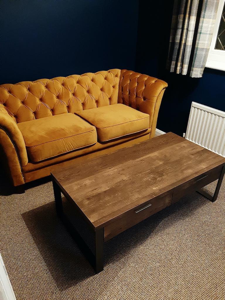 Gelbes gestepptes Karin-Sofa im modischen Veloursstoff