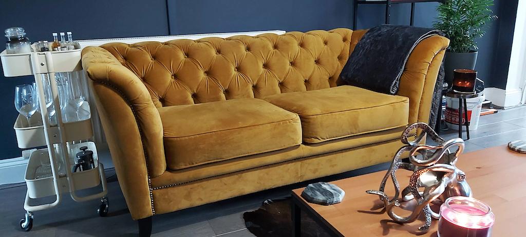 Karin - gelbes Sofa im Chesterfield-Stil auf schwarzen Beinen