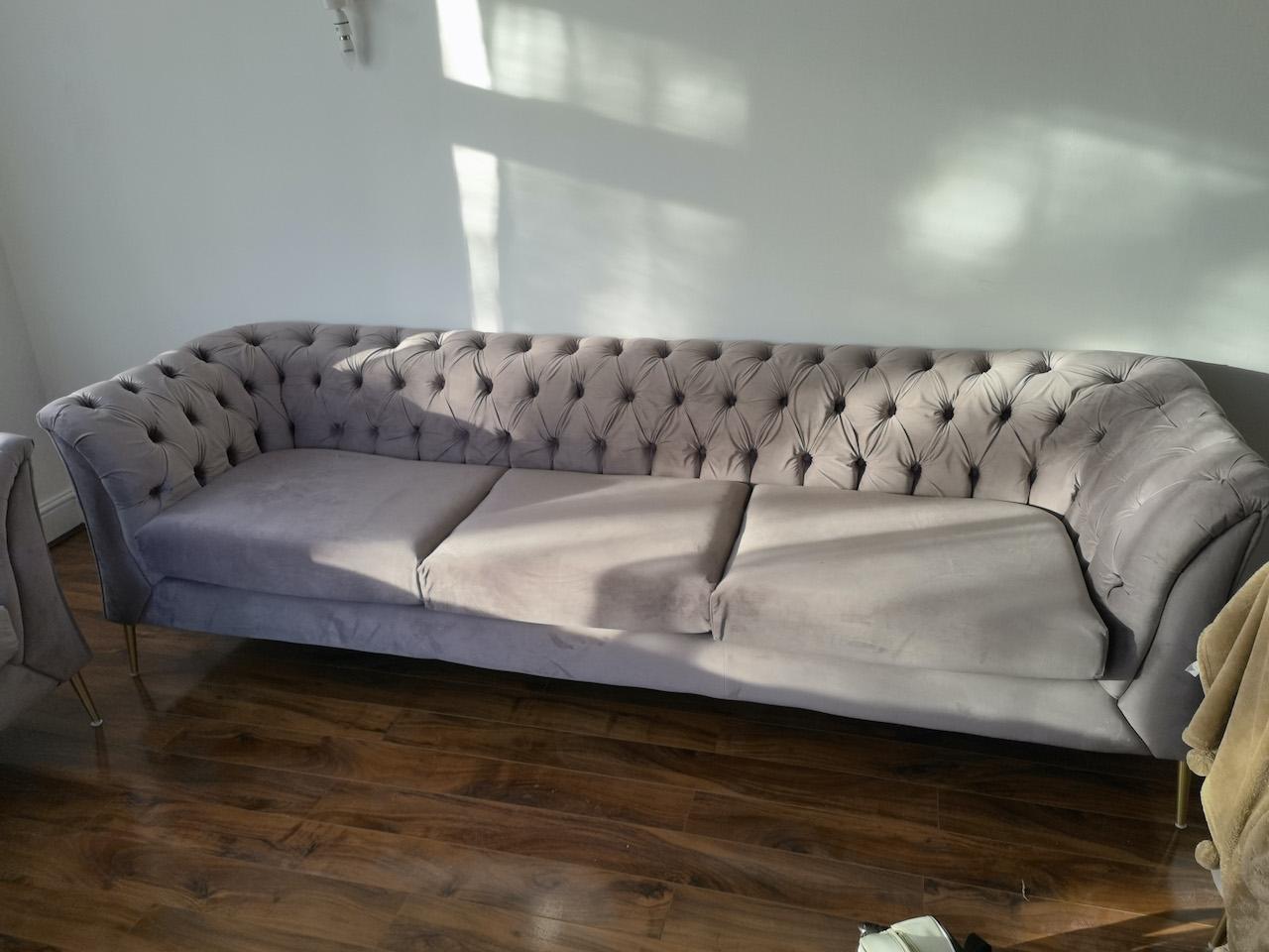 Dreisitzer-Sofa und Sessel Chesterfield Modern mit goldenen Füßen