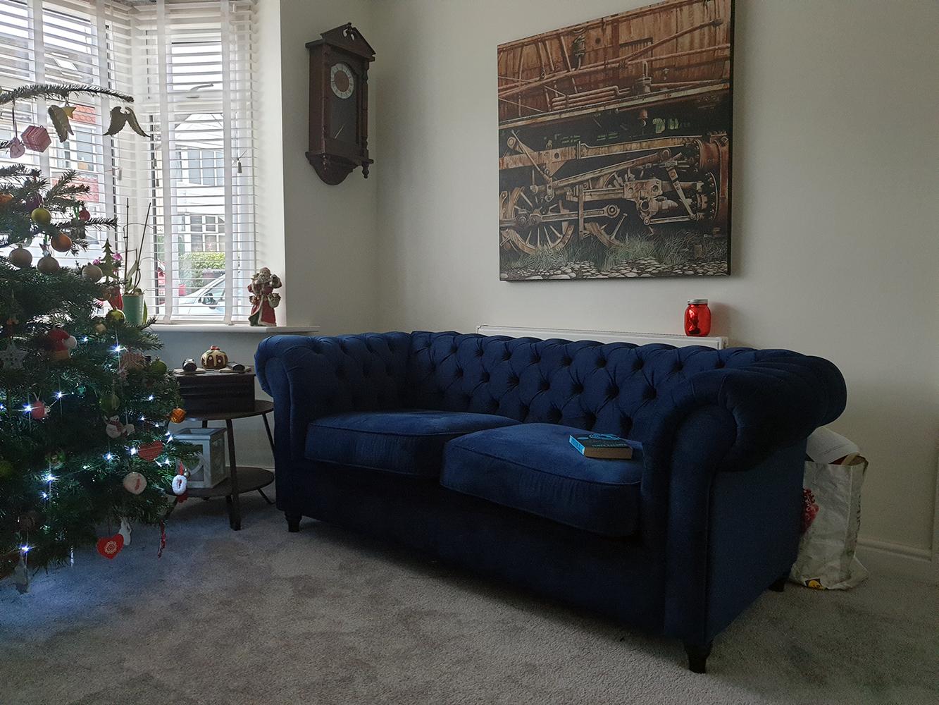 Ein marineblaues, gestepptes Dreisitzer-Sofa Chesterfield