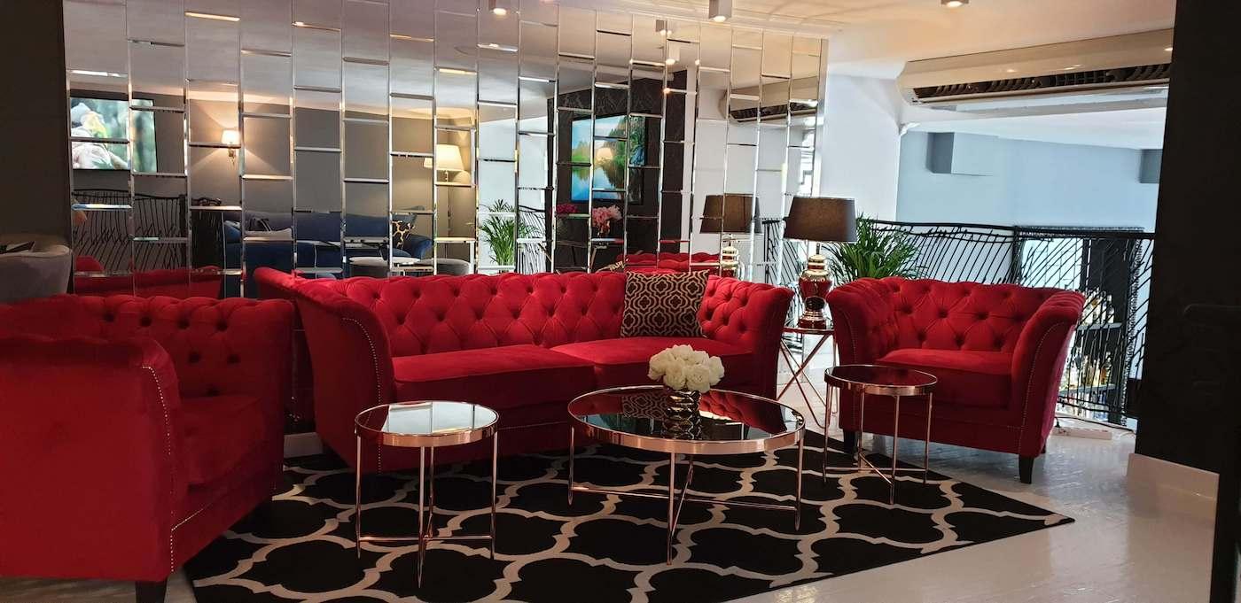 Dreisitzer-Sofa und Sessel Karin im Chesterfield-Stil in rot